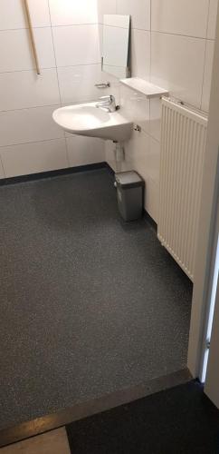 PU vloer in badkamer van een bungalow op vakantiepark Rcn Het Grote Bos